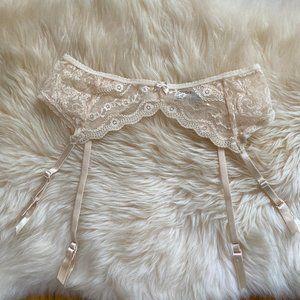 Wacoal b.temt'd Lace Kiss Garter Belt